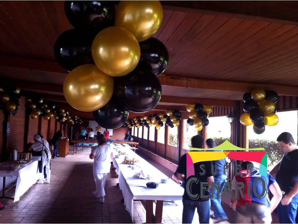 decoração com balões dourado e preto