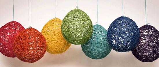 decoração com balões e barbante coloridos