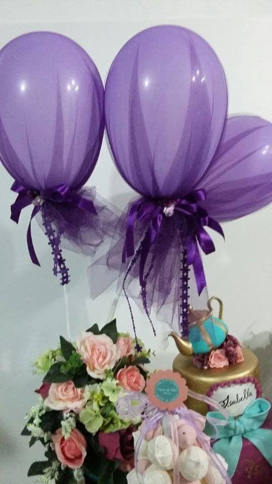 decoração com balões e tule roxo
