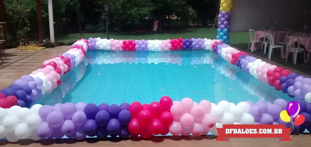 decoração com balões em volta da piscina