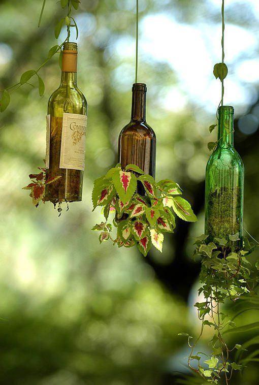 garrafas pequenas cortadas e penduradas para fins artesanais