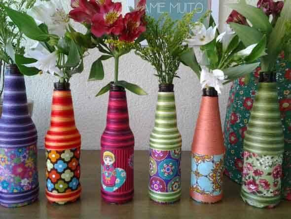 garrafas pequenas decoradas artesanalmente com linhas coloridas