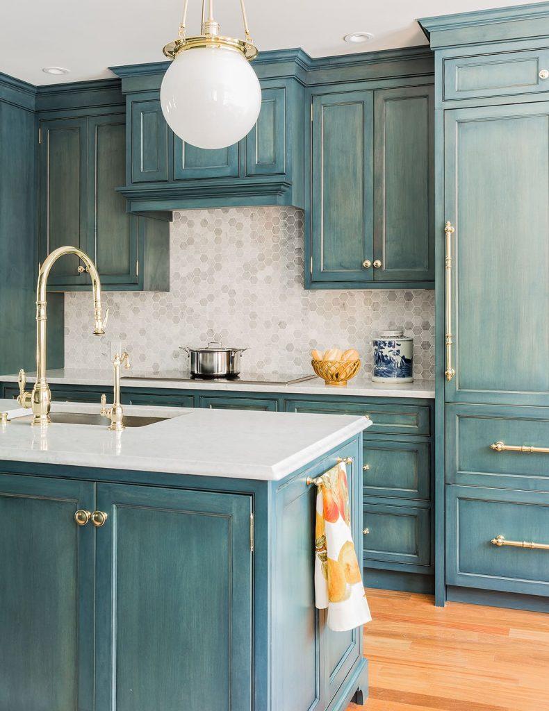 Azul em móveis de madeira na cozinha