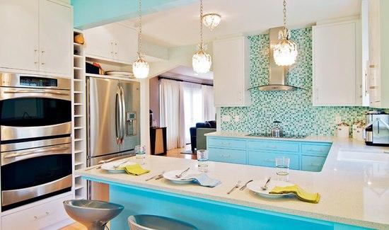 Branco colocado em uma cozinha azul