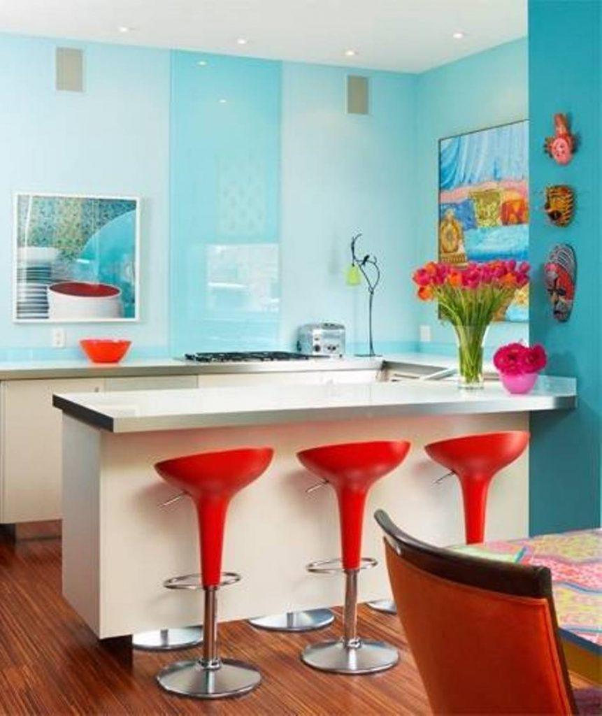 Cozinha azul com bancos em vermelho