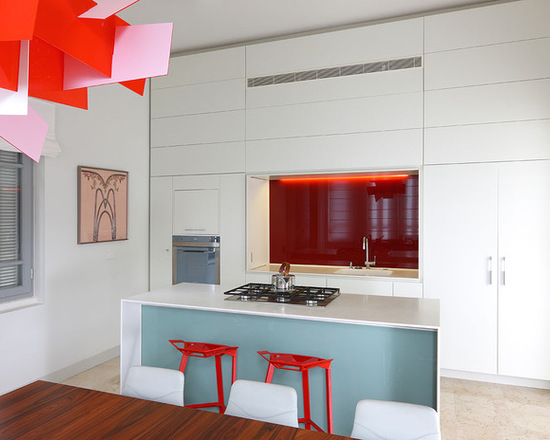 Cozinha azul com detalhes em vermelho