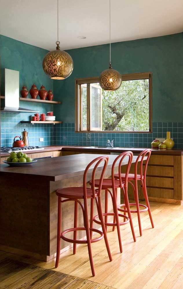 Cozinha azul com tons de madeira