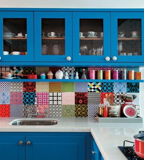 Cozinha azul forte com ladrilhos coloridos