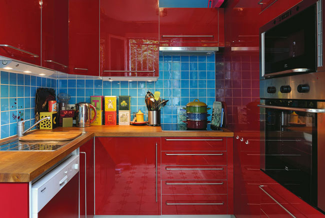 Cozinha azul nos ladrilhos da parede