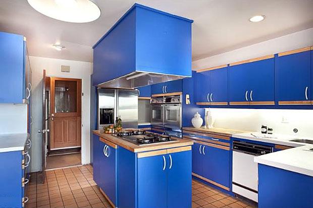 Cozinha azul nos móveis colocados nela