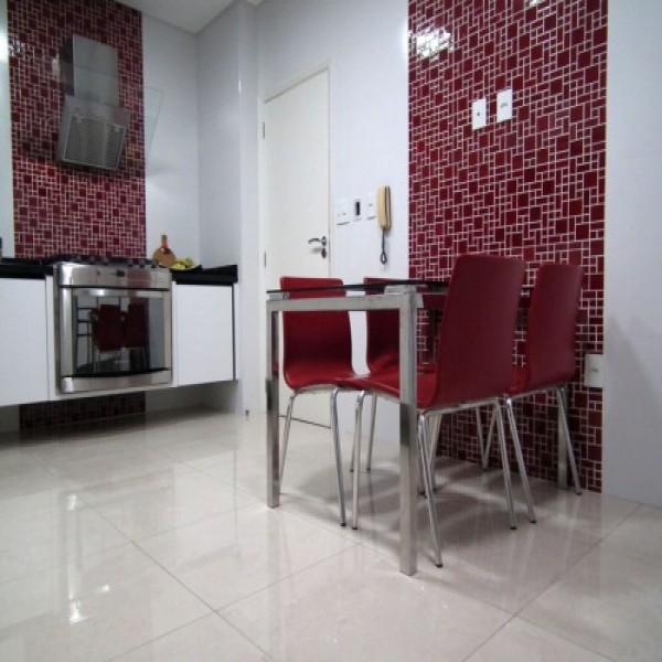 Piso branco na sua cozinha com paredes em ladrlhos diferenciados