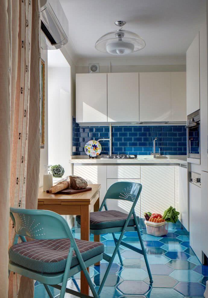 Piso com tons de azul difetente clocados na cozinha