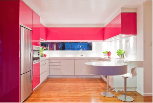 Piso em tom de madeira clara colocado na sua cozinha