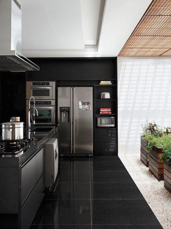 Piso preto colocado na cozinha da casa