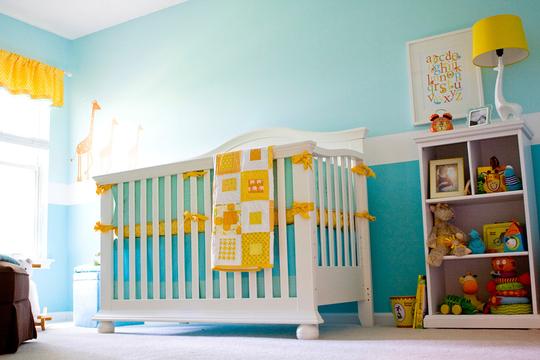 quarto de bebe azul turquesa e amarelo