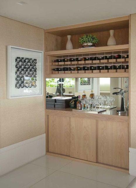 Bar feito com madeira clara na parede