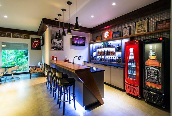 Colocando apetrechos para um bar na parede
