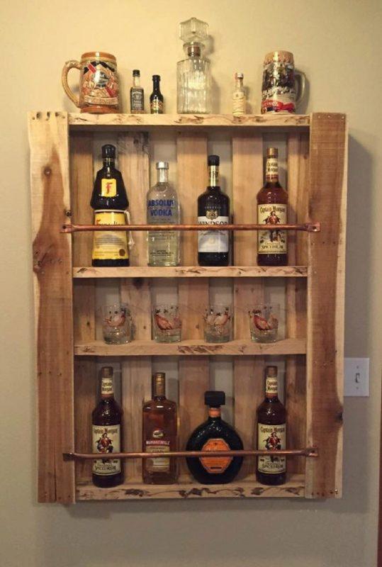 bar colocado na parede com garrafas lindas e ornamentadas