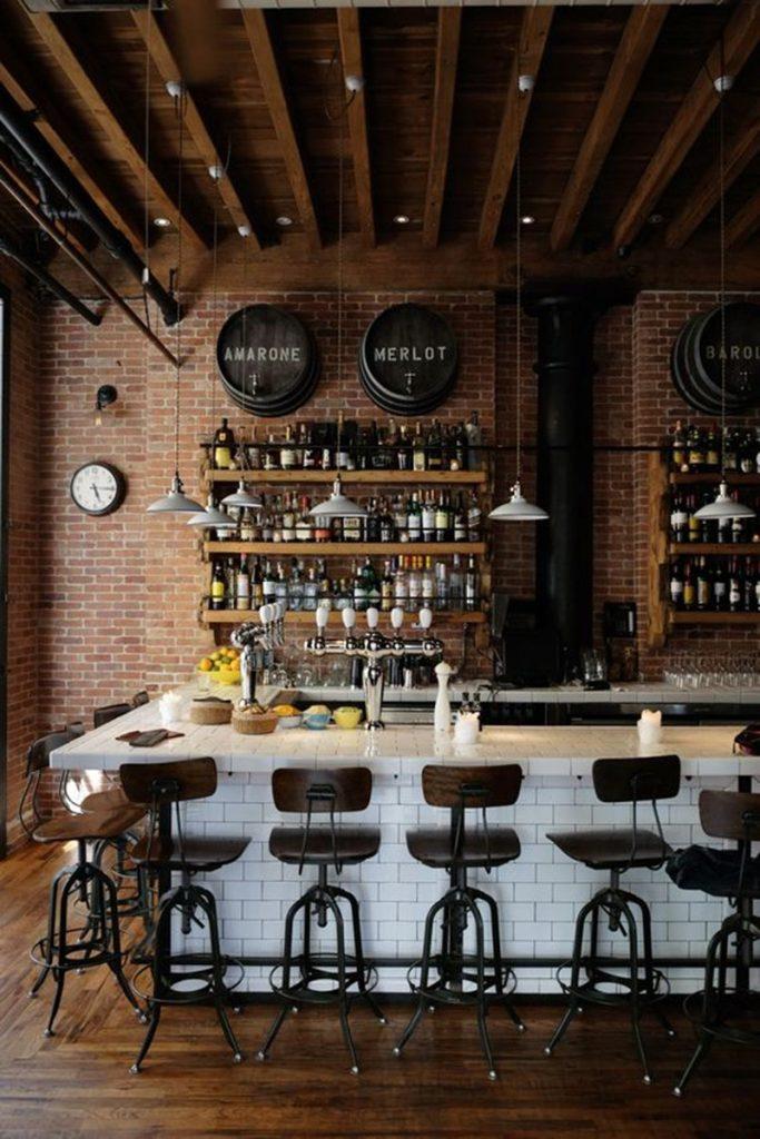bar na parede atrás de uma banca de bar
