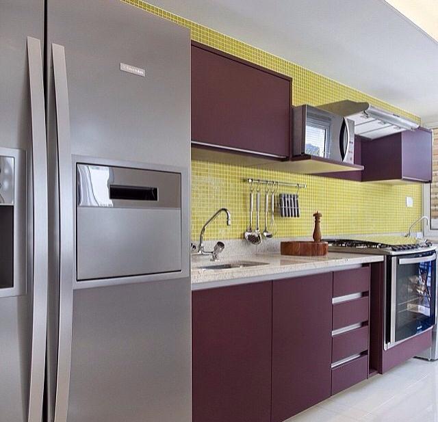 cozinha amarela e berinjela