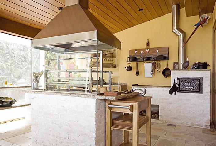 Área de lazer pequena com churrasqueira e fogão a lenhaa