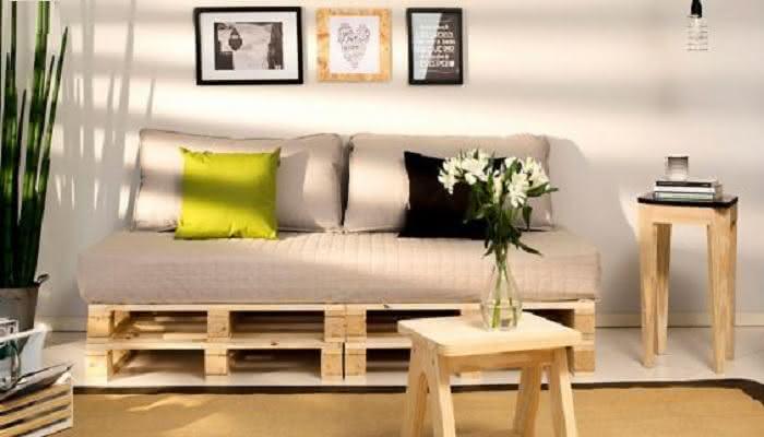 Sofá de palletpara sala com plantas