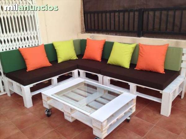 Sofá de pallets de canto com almofadas