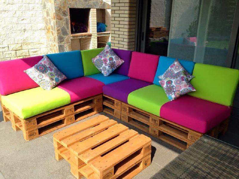 sofá de pallet colorido de canto