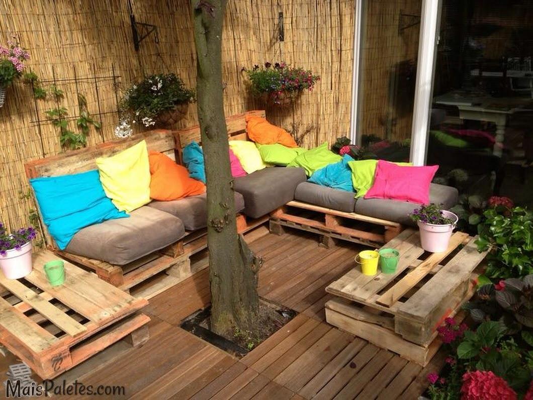 sofa de pallet area externa colorido