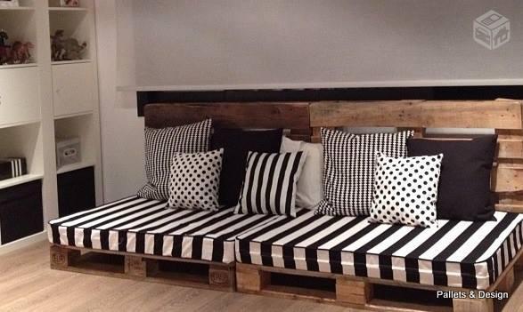 sofa de pallet preto e branco com listras