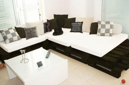 sofa de pallet preto e branco