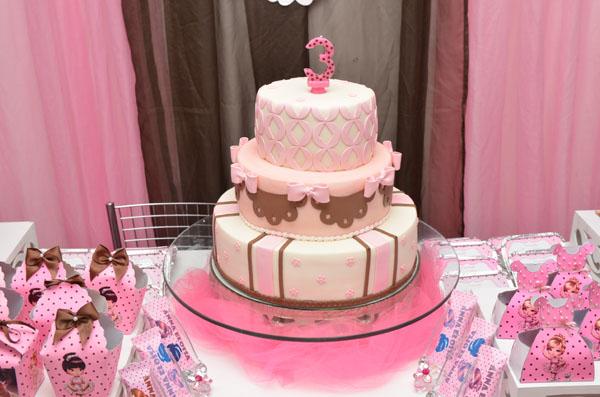 Bolo rosa com camadas diferentes decoradas para desta bailarina