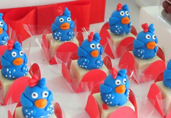 Galinha pintadinha sendo usada na decoração de doces para festinhas infantis