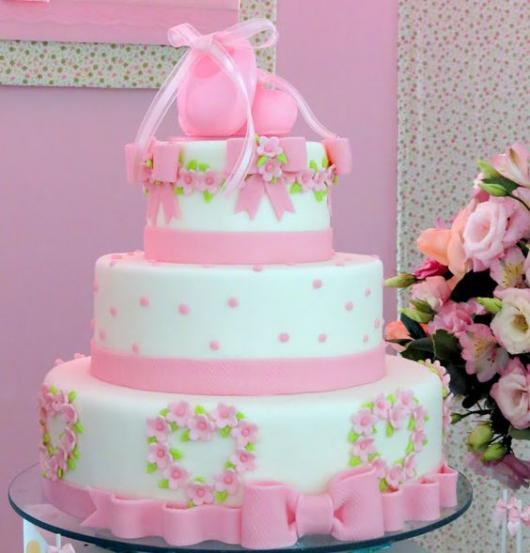bolo com enfeites para incorporar decoração de bailarina