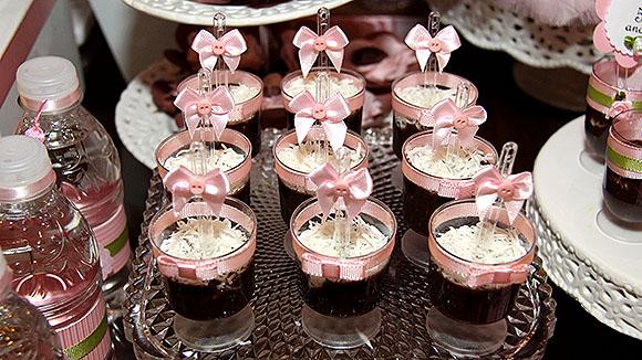 copinhos marrons e rosa para compor a decoração
