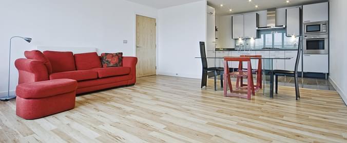 piso com laminação em colorações amadeiradas diferentes