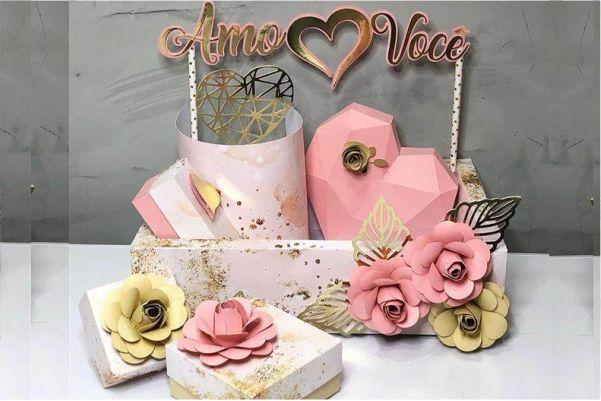 Caixa pequena com partes menores e cores rosa branco e amarela