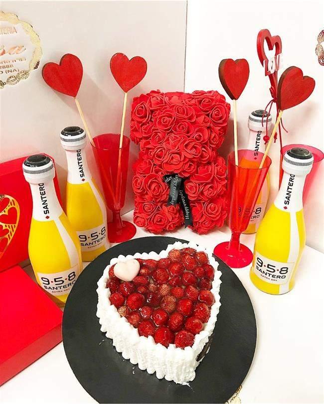 Caixa romantica com mornagos e enfeites rosa vermelho e amarelo