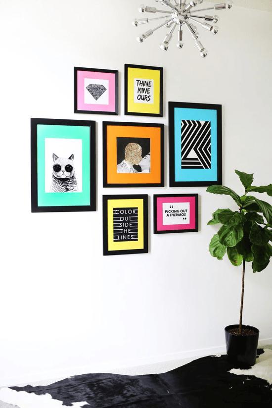 Ftos artisticas dispostas na parede de forma decorativa