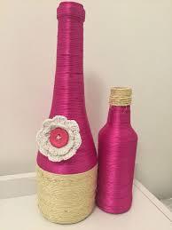 Linhas rosas e amarelas decorando objetos
