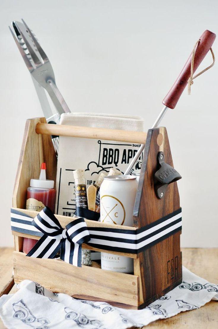 caixa de madeira com laço em predo e branco de tamanho médio