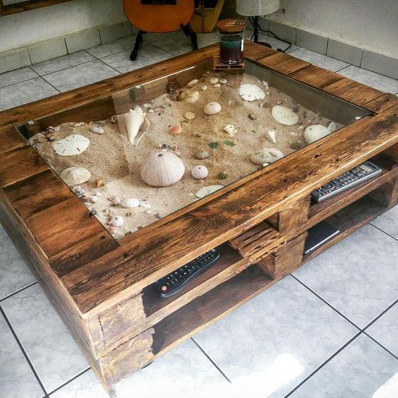 Mesa com madeira de pallet com decoração interna estilo praia