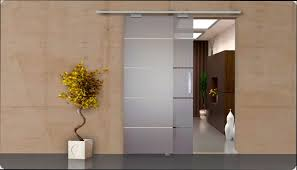Porta externa de correr de vidro jateado com listras