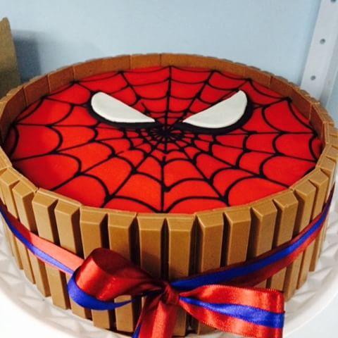 Bolo do homem aranha 60 fotos e como voc mesmo fazer bolo com kitkat e rosto do home aranha altavistaventures Image collections