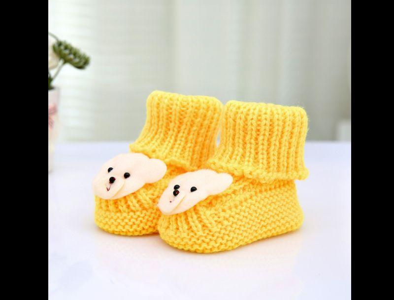 Botinha amarela de corhce linda com ursinho na frente