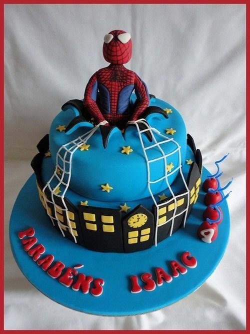 Homem aranha encenando sair do bolo de aniversario muito criativo