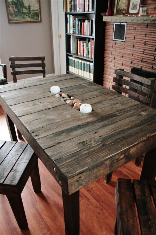 Mesa em madeira de pallet ecura na vertical com cadeiras da mesma madeira