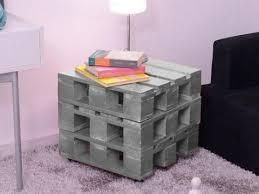 Pequeno cubiculo de madeira pintado de cinza para cantos