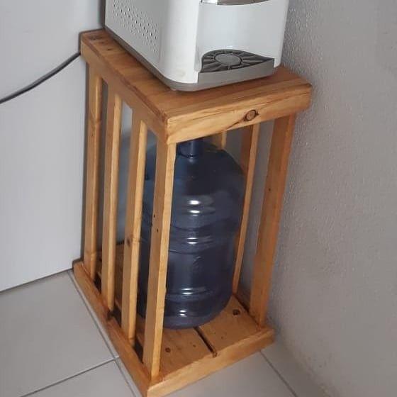 Pequeno suporte vertical para bebedouro com madeira retirada de pallet pequeno