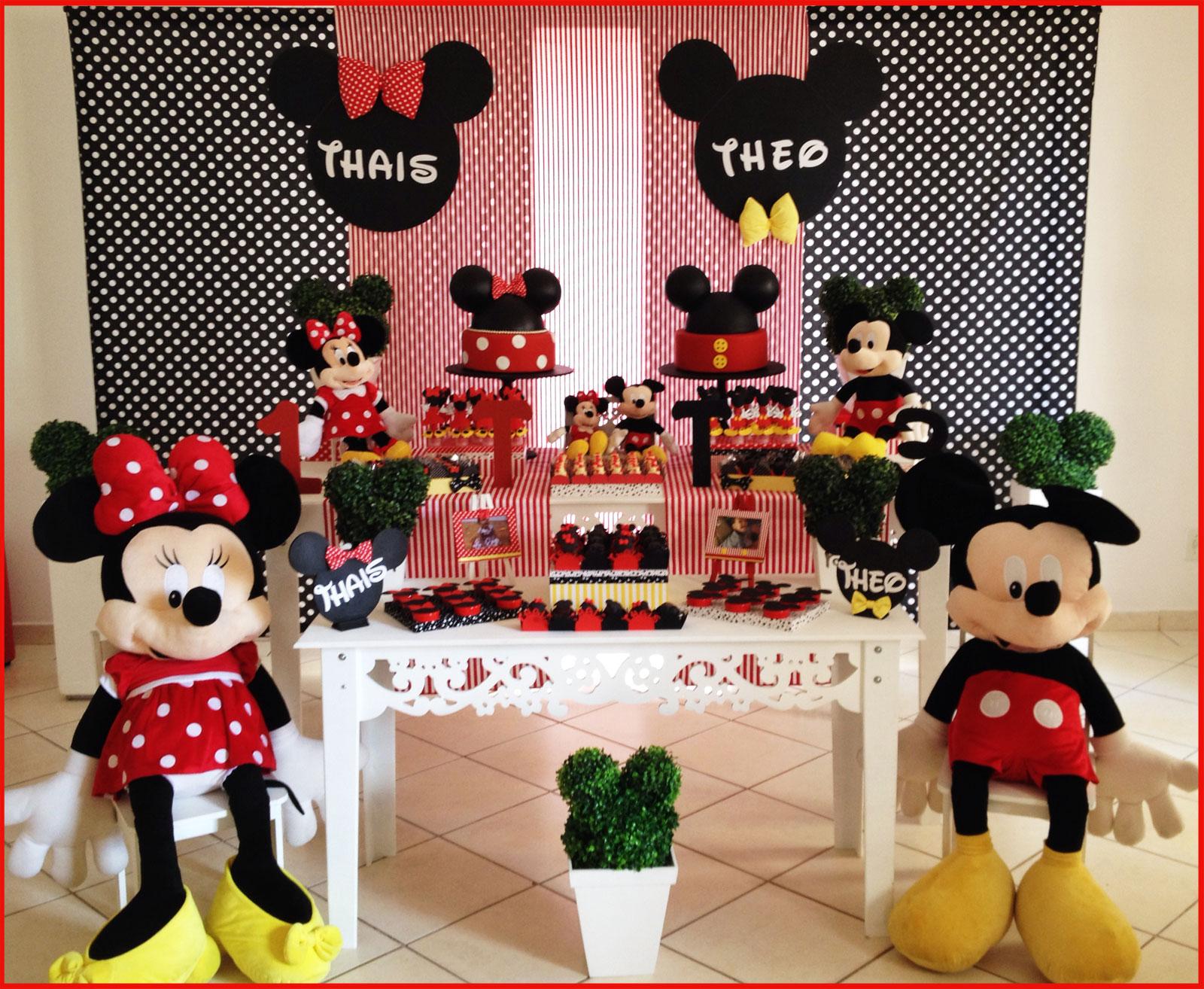 Vãrios bolos decorando a mesa de uma festa